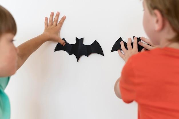 Vooraanzicht van kinderen met halloween-conceptarrangementen
