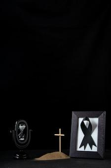 Vooraanzicht van klein graf met fotolijst op zwart