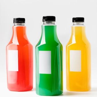 Vooraanzicht van kleurrijke sapflessen met doppen