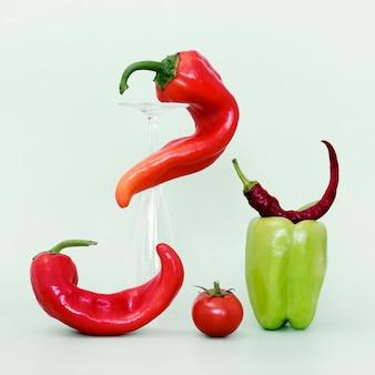 Vooraanzicht van klok en spaanse peperpeper met tomaat