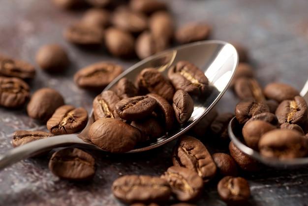 Vooraanzicht van koffiebonen met lepels