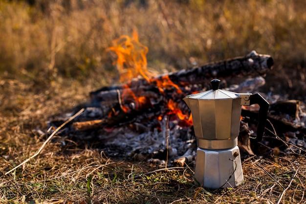 Vooraanzicht van koffiemolen en kampvuur