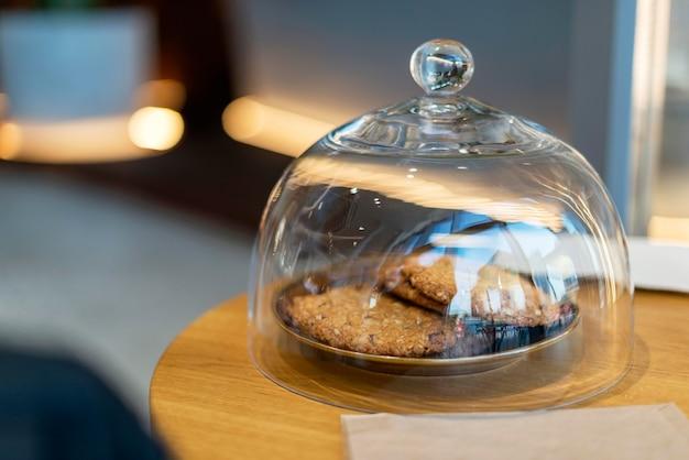 Vooraanzicht van koken in transparant glazen deksel
