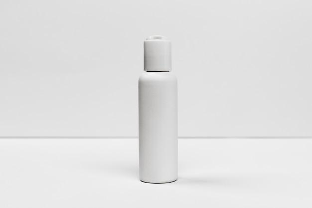Vooraanzicht van kosmetische fles met exemplaarruimte