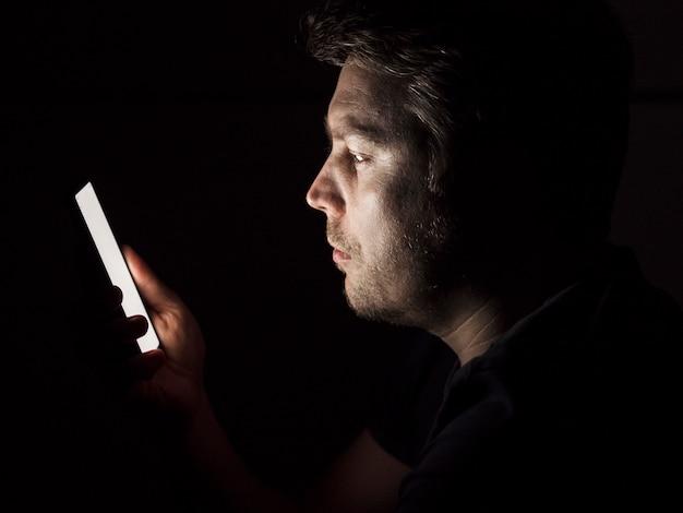 Vooraanzicht van laat op telefoon slechte gewoonte concept