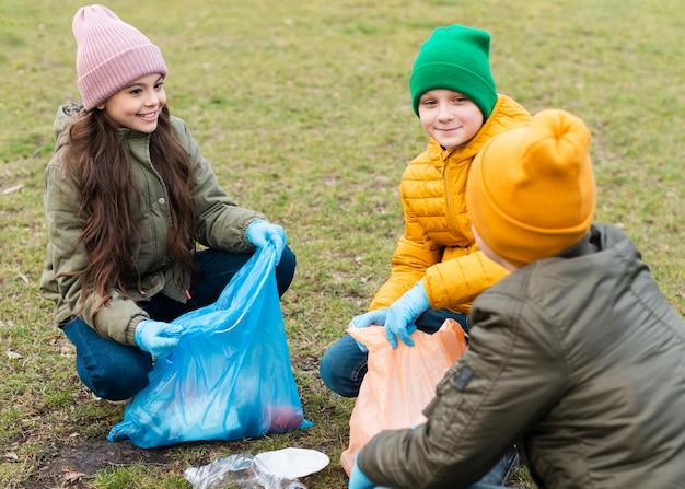 Vooraanzicht van lachende kinderen kijken naar elkaar