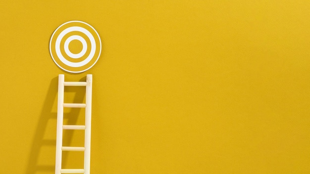 Vooraanzicht van ladder met cirkelvormig doel en exemplaarruimte