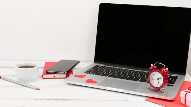 Vooraanzicht van laptop met klok en agenda