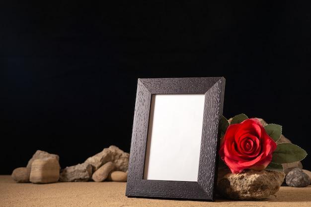 Vooraanzicht van leeg afbeeldingsframe met verschillende stenen op dark