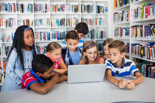 Vooraanzicht van leerlingen die met laptop bestuderen