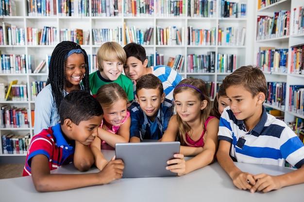 Vooraanzicht van leerlingen die tablet pc gebruiken