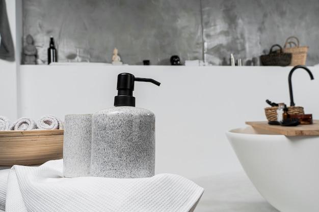 Vooraanzicht van lege cosmetische productcontainers in de badkamer