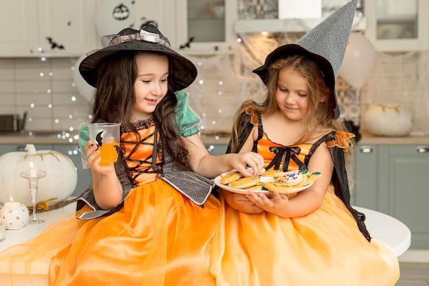 Vooraanzicht van leuke meisjes met heksenkostuum
