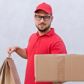 Vooraanzicht van levering man concept