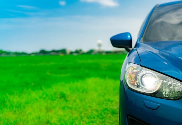 Vooraanzicht van luxe blauwe compacte suv-auto