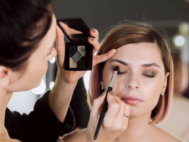 Vooraanzicht van make-up model