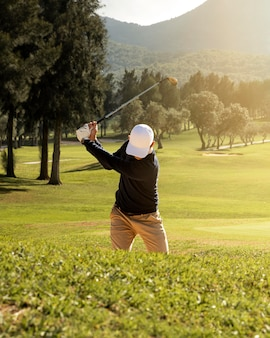 Vooraanzicht van man golfen