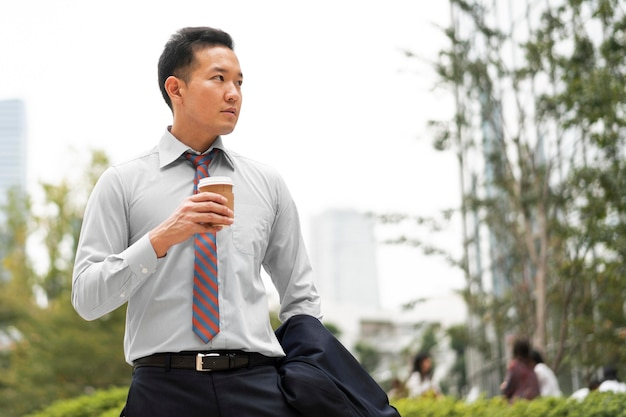 Vooraanzicht van man met koffiekopje