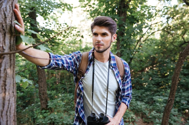 Vooraanzicht van man met rugzak in bos
