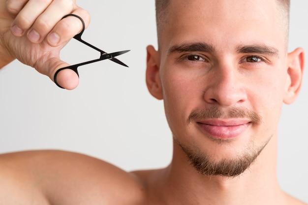 Vooraanzicht van man met vingernagels schaar