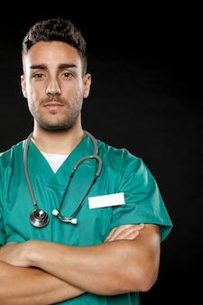Vooraanzicht van mannelijke arts met gekruiste armen
