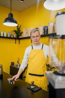 Vooraanzicht van mannelijke barista in winkel