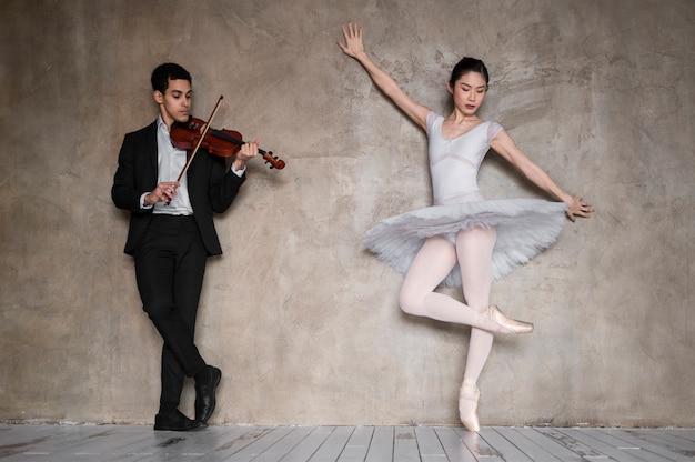 Vooraanzicht van mannelijke muzikant met viool en ballerina