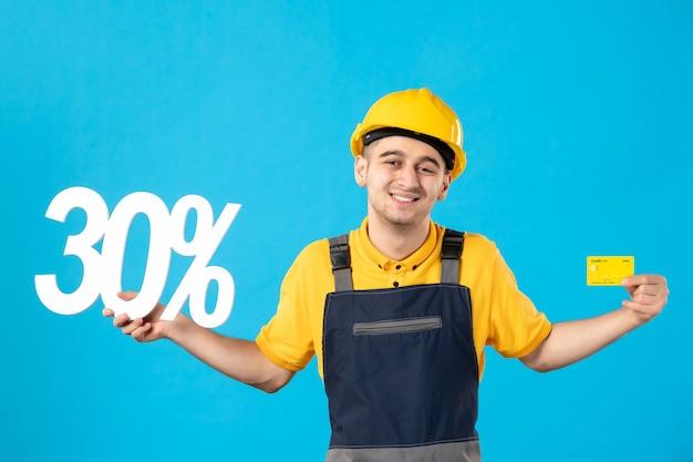 Vooraanzicht van mannelijke werknemer in uniform met schrijven en bankkaartblauw