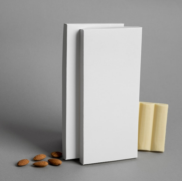 Vooraanzicht van meerdere witte chocoladetabletverpakkingen met noten
