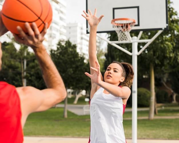 Vooraanzicht van meisje basketbal spelen