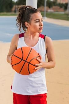 Vooraanzicht van meisje met basketbalbal