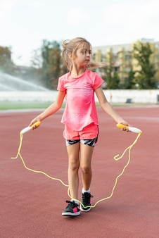 Vooraanzicht van meisje met jumprope