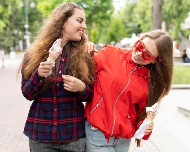 Vooraanzicht van meisjes die tijd samen doorbrengen