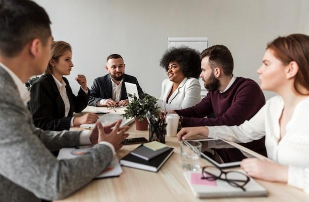 Vooraanzicht van mensen uit het bedrijfsleven in vergadering