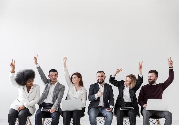 Vooraanzicht van mensen uit het bedrijfsleven met handen omhoog
