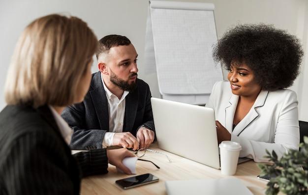 Vooraanzicht van mensen uit het bedrijfsleven praten