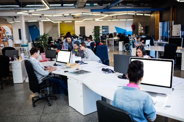 Vooraanzicht van mensen uit het bedrijfsleven werken