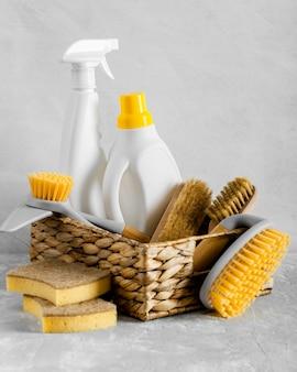 Vooraanzicht van milieuvriendelijke schoonmaakborstels in mand met wassing