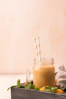 Vooraanzicht van milkshake met perziken en rietjes