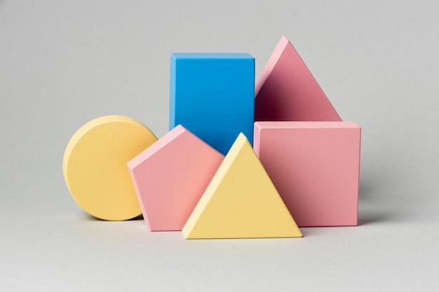 Vooraanzicht van minimalistische geometrische figuren
