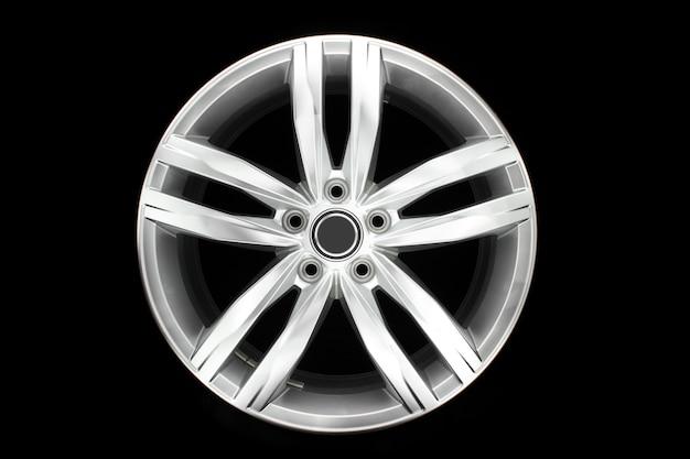 Vooraanzicht van moderne auto aluminium gesproken velg geïsoleerd op zwarte achtergrond. enkel voorwerp.