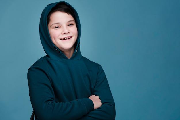 Vooraanzicht van moderne jongen met exemplaarruimte