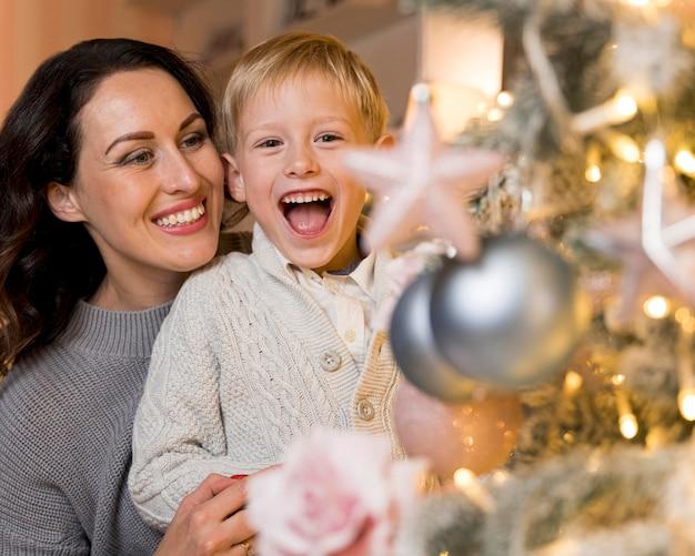 Vooraanzicht van moeder en zoon op kerstmis