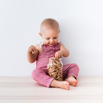 Vooraanzicht van mooi glimlachend babymeisje