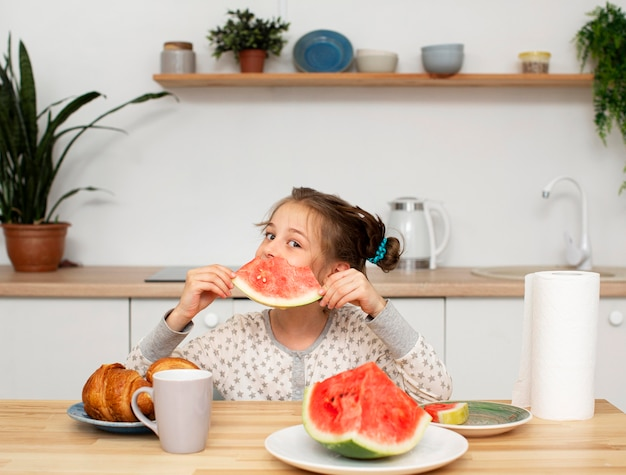 Vooraanzicht van mooi meisje dat watermeloen eet