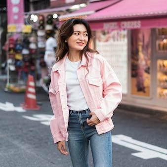 Vooraanzicht van mooi meisje in japan