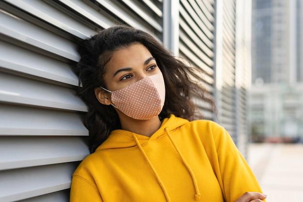 Vooraanzicht van mooi meisje met gezichtsmasker