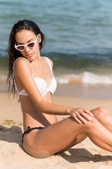 Vooraanzicht van mooi meisje op strand