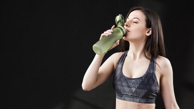 Vooraanzicht van mooi vrouwen drinkwater
