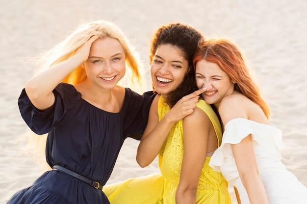 Vooraanzicht van mooie glimlachende meisjes